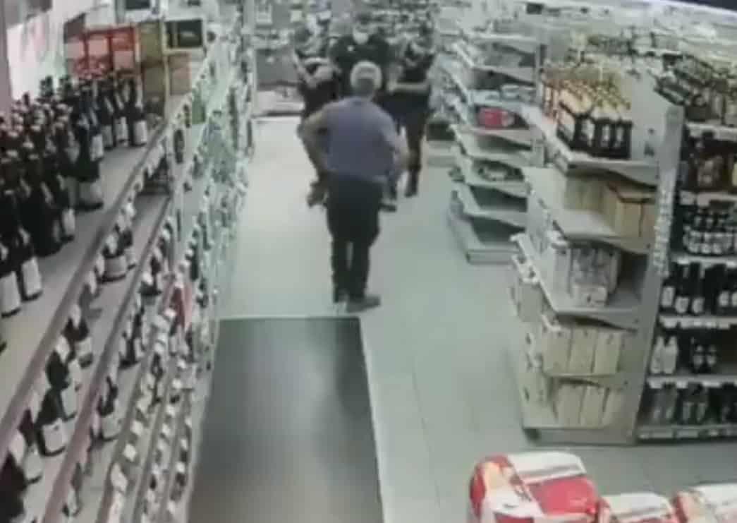 Arrestation musclée d'un employé de Carrefour pour un masque