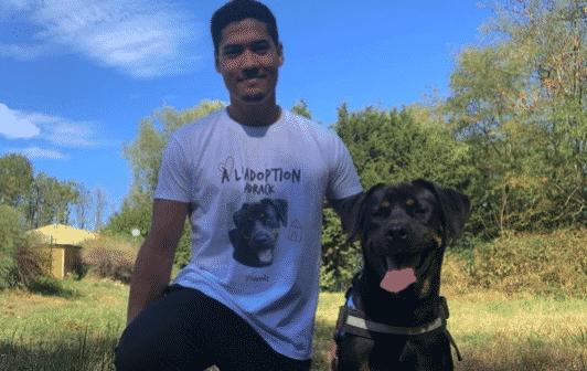 Une image contenant herbe, extérieur, chien, personneDescription générée automatiquement